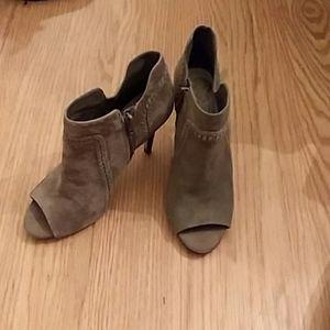 Vince Camuto green heeled zippered booties, sz. 8